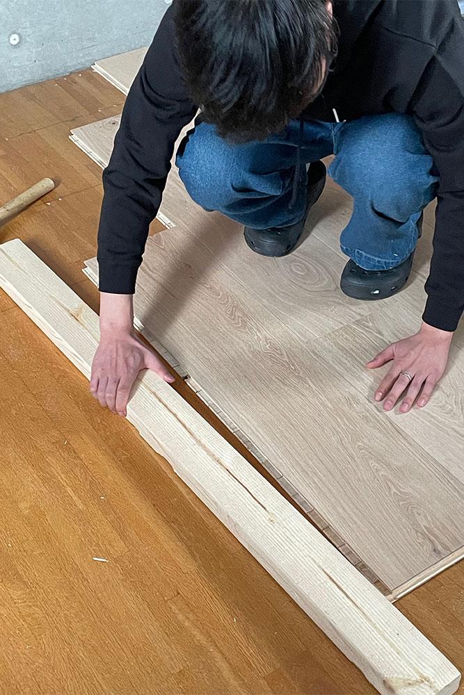 丁寧な手つきで作業をすすめるIくん。床張り作業のセンスの良さが開花