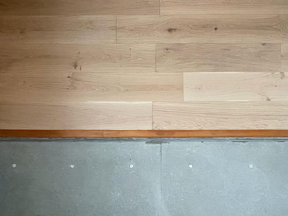 下地材の合板が現しだったRC部の上の壁に、余ったフローリング材を施工。いい感じのアクセントウォールに仕上がった