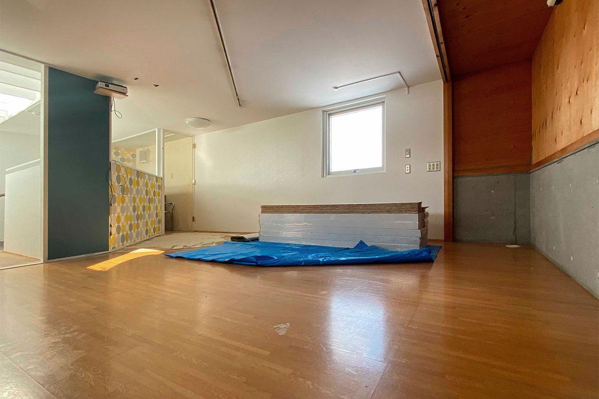 部屋は少し変形で、床材も2種類に張り分けられていた