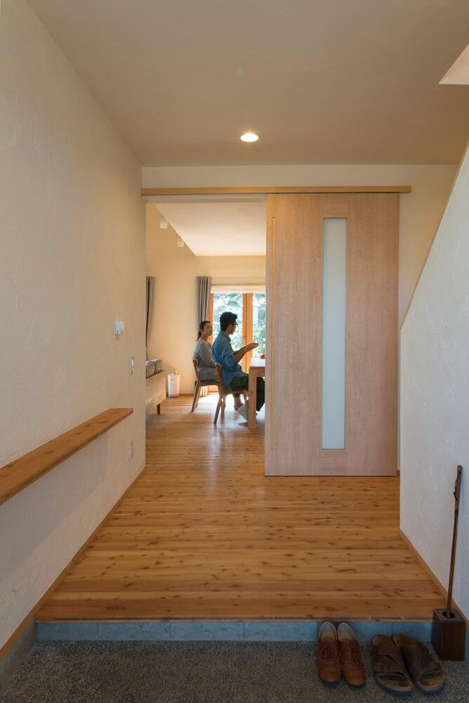 間口が広くゆったりとした空間の玄関。引き戸を開ければ明るいリビングに続く