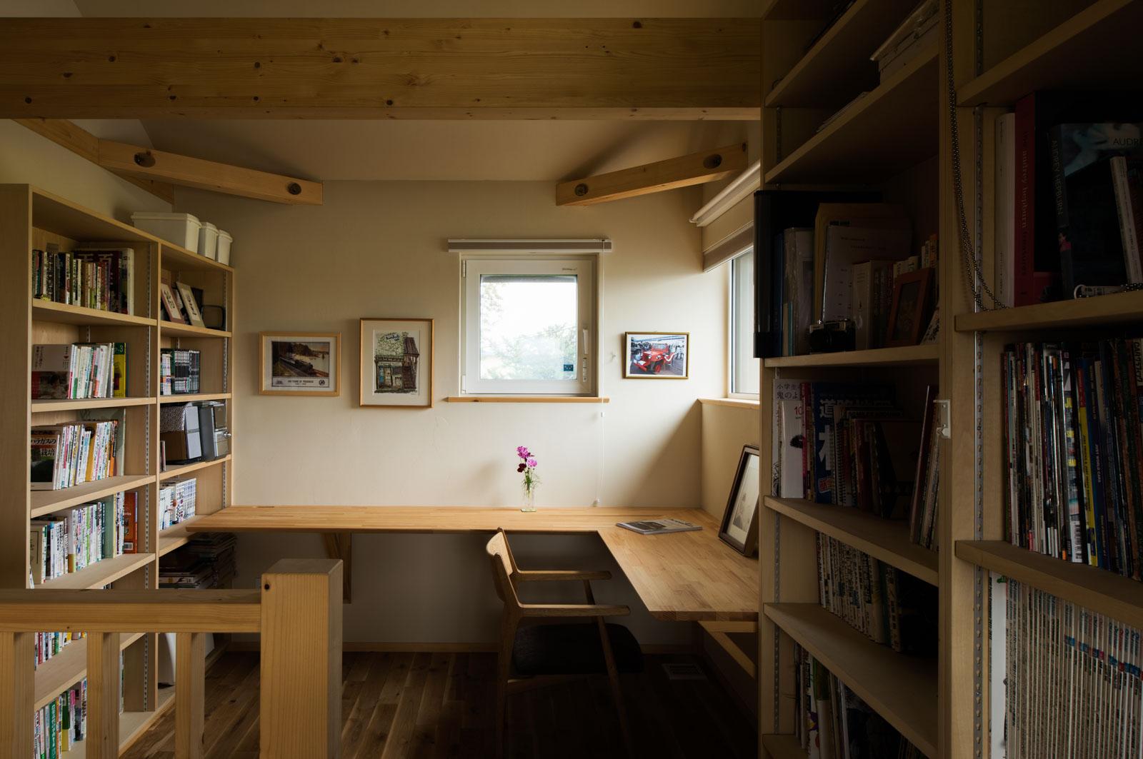 造作本棚のある読書兼事務スペースを2階に設えたお宅。将来は子どもの学習スペースとしても使う予定