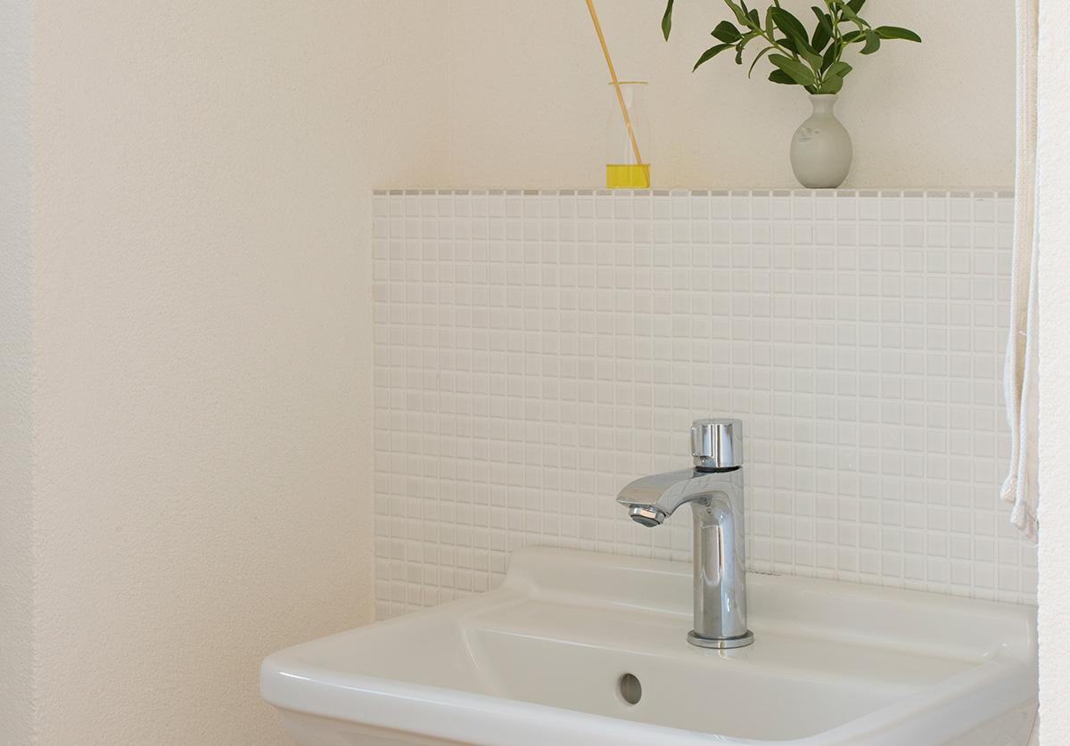 清潔感とキッチュさを感じさせる白い陶器のモザイクタイル
