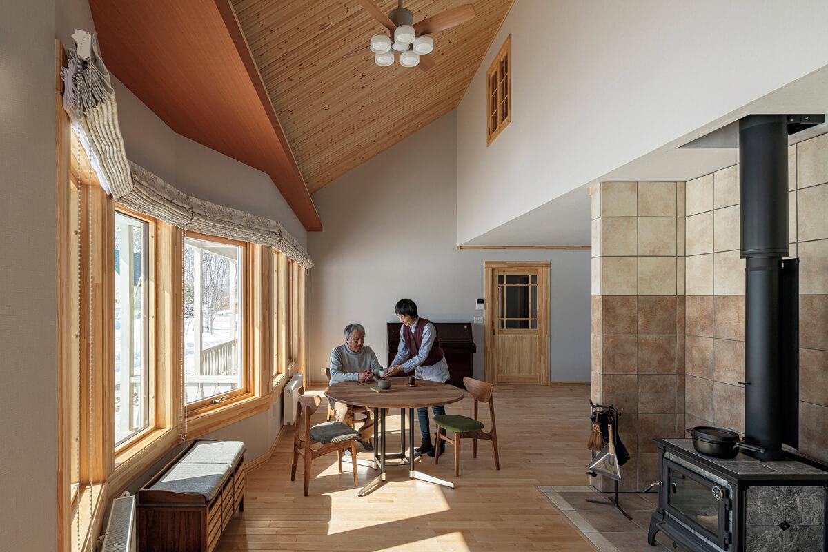 屋根なり天井が心地よい広がり感を演出するリビング・ダイニング。壁に配したピアノは「子育ての思い出として」横浜から運んだもの