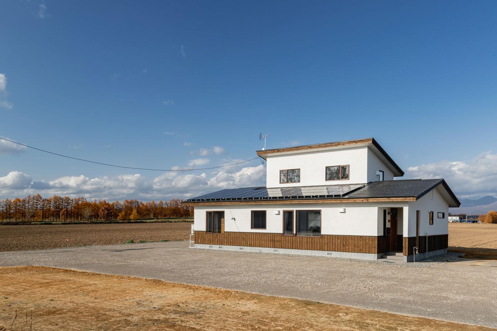 このお宅では、2つの玄関が対角にあり、主な居住空間をその中心に配置している