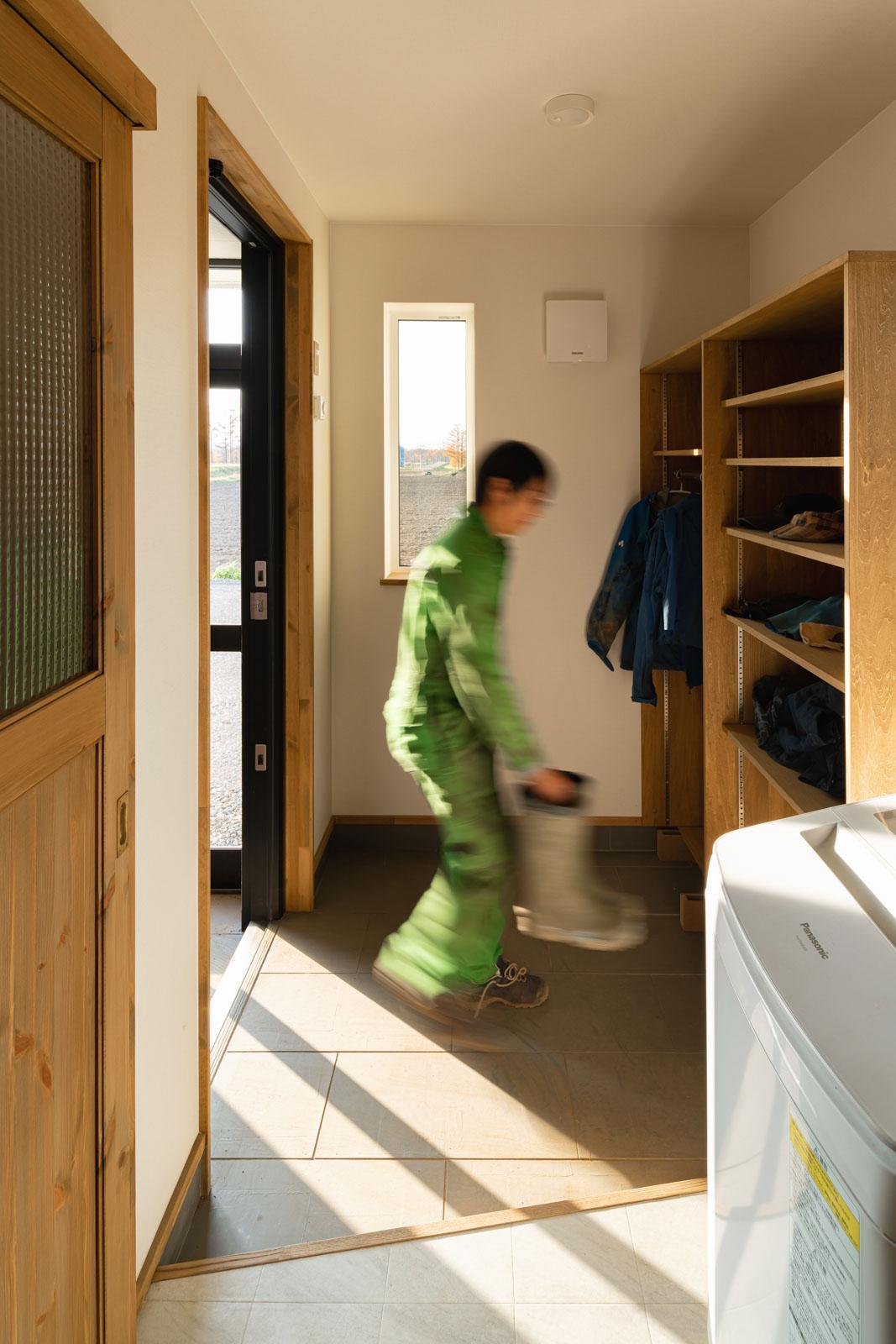 農作業用の衣類や靴の脱ぎ履き、汚れた作業着の洗濯などを行う農家玄関は、水まわりへ最短の動線で結ばれている
