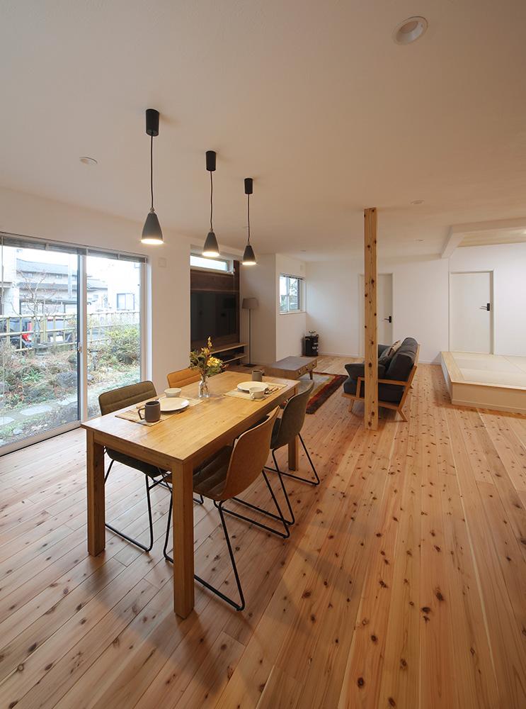 豊富な自然素材に包まれた住空間。床材は、地元のくりこま杉の燻煙乾燥無垢材で仕上げている