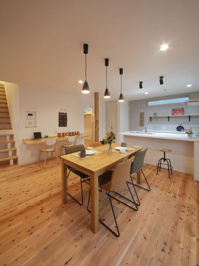オープンで明るい対面キッチンに変更。背面のアクセントクロスが空間を明るく引き立てる
