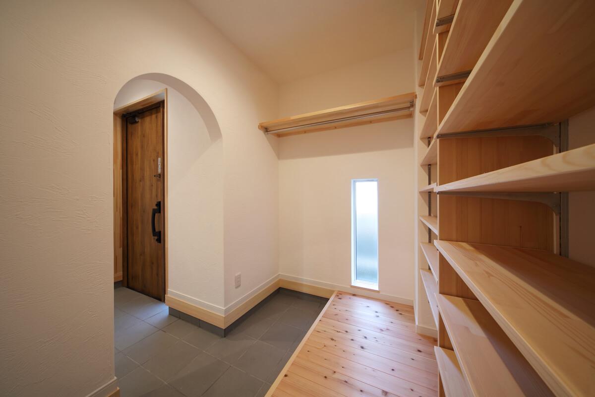 玄関の隣にはシューズクロークを配置。お子さんの習いごとの道具なども置けるよう大きめに設計されている