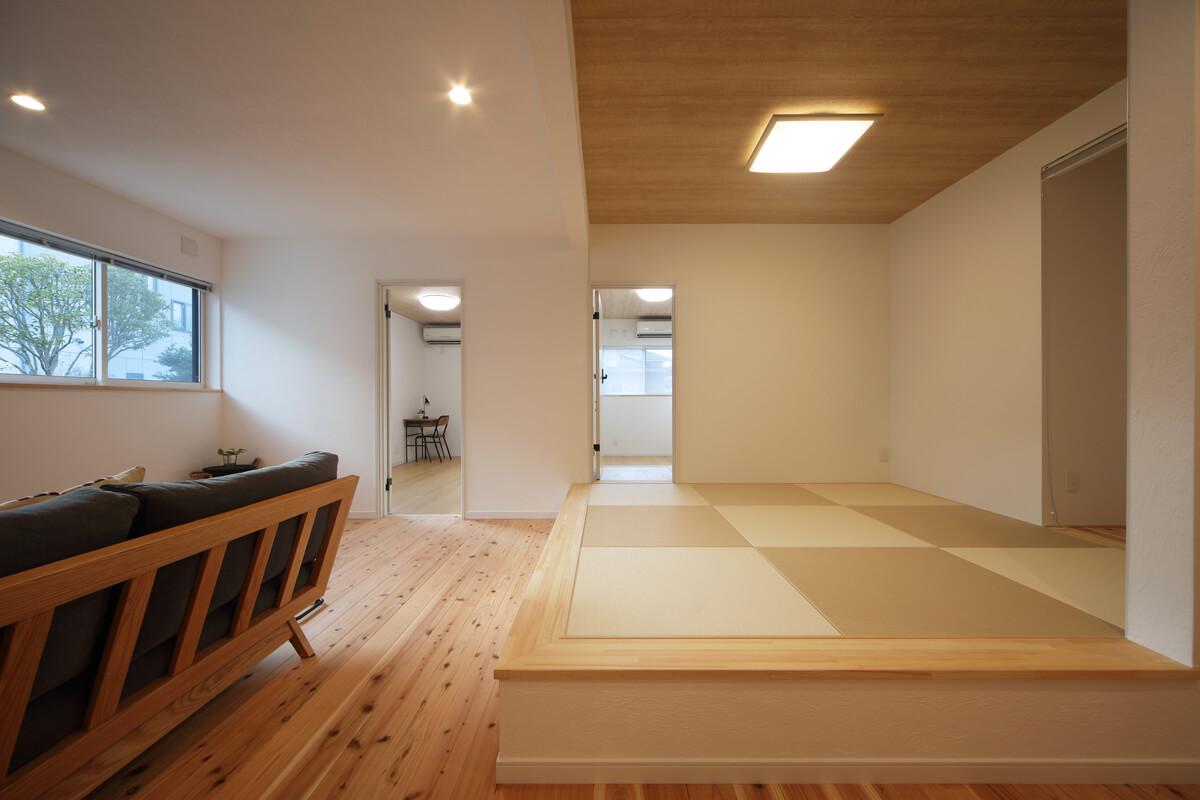 LDKの一角には畳敷きの小上がりを設けた。その隣にはご夫妻それぞれの寝室をレイアウト