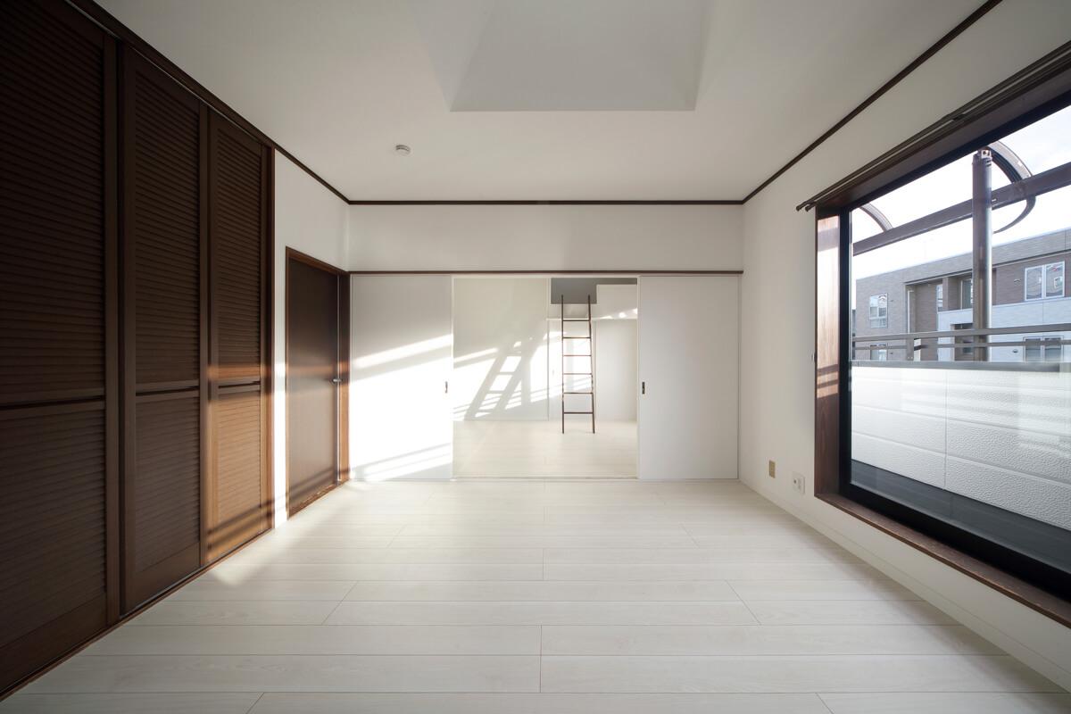お子さんたちの個室が3室ある2階は内装リフォームのみ。床を張り替え、壁に白いペンキを塗った