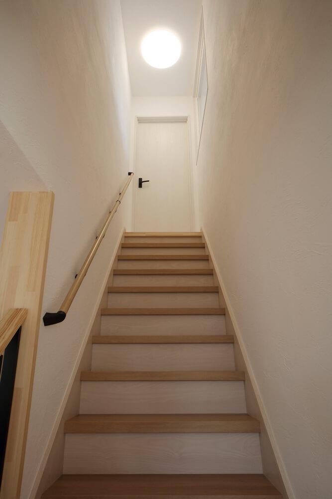 断熱改修していない2階の冷気が1階に下りてこないよう、階段を上りきったところに扉を設置し、冷気をシャットアウト
