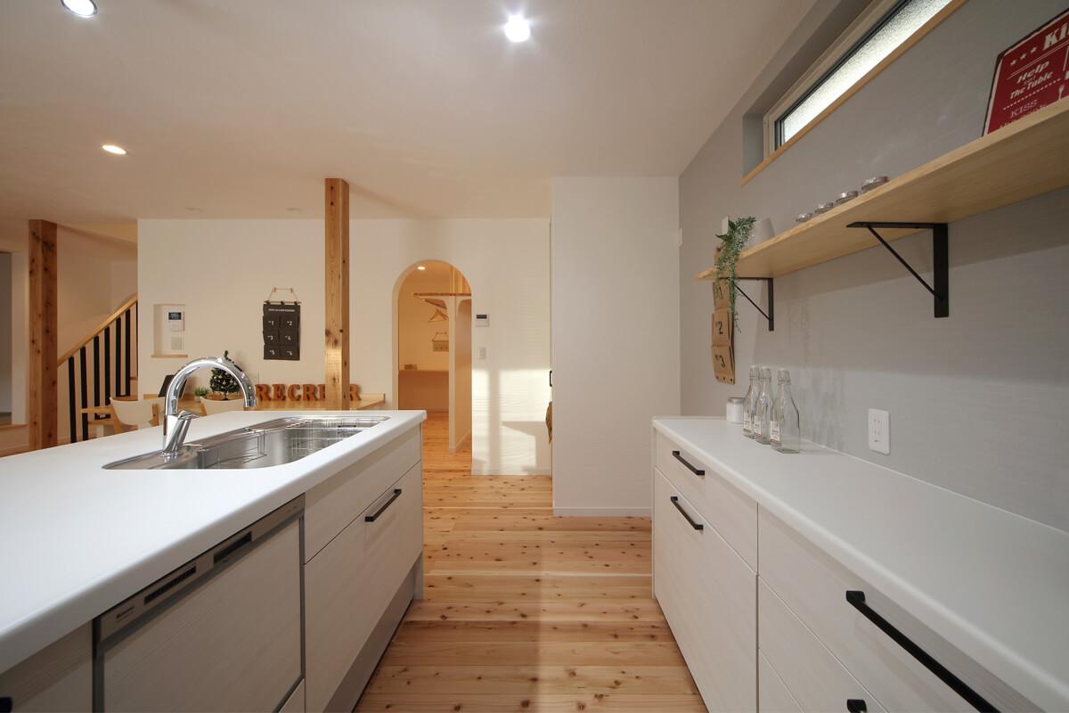 キッチンとファミリークローゼット、洗面脱衣室は一直線上にレイアウト。動線をスムーズにすることで家事の時短につながる