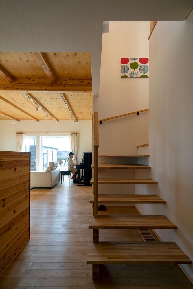 階段の吹き抜けが上下階につながりをもたらす。2階へ向かう家族の様子がわかるLDKと階段の位置関係も嬉しい