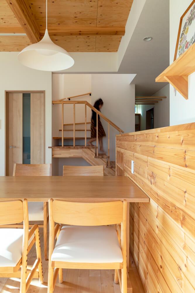 キッチンの面材にも木を採用し、温もりあふれるダイニング・キッチンを演出