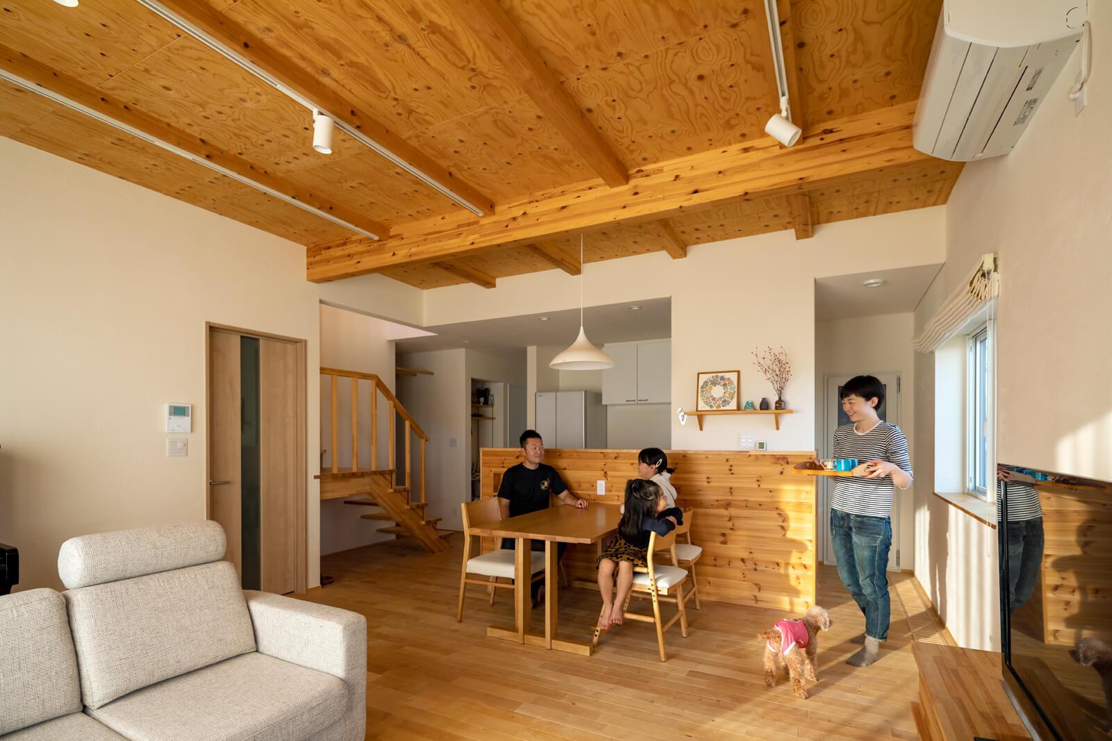 奥さん理想の「ロッジのような木の家」を叶えた木質感が心地よい家族が集うリビング・ダイニング