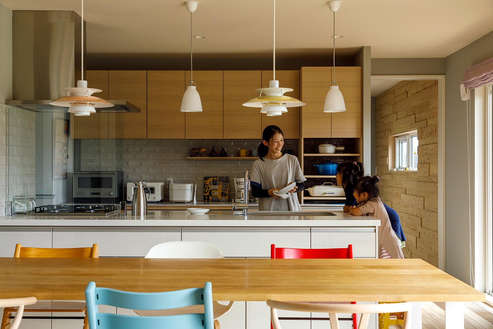 ダイニングテーブルは5人家族でも余裕たっぷり。家族の様子が見える快適なキッチンに、3姉妹が手伝いに立つ日もそう遠くはなさそう