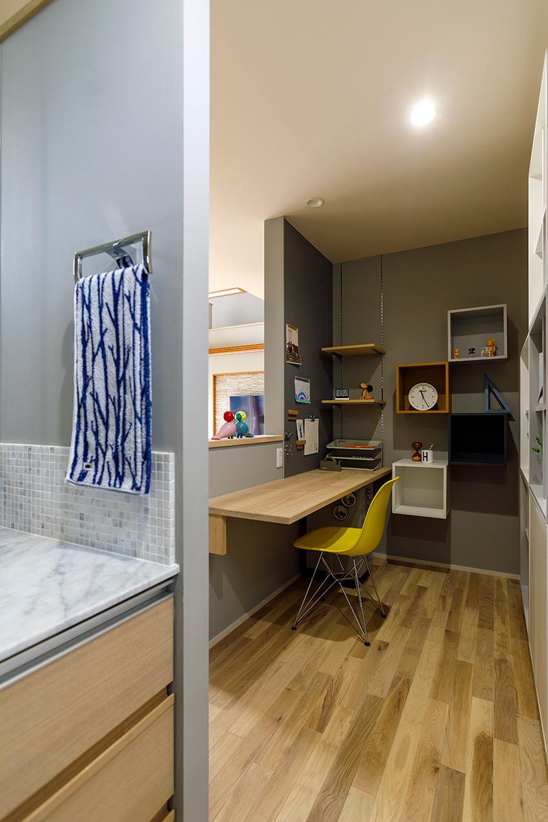 キッチン近くに設けた奥さんのスペース。「ご飯支度をしながら作業ができる位置関係が嬉しいです」と奥さん。ランダムに配置したカラーボックスや壁のマグネットボードなど、「おしゃれで使い勝手もいい」と大満足
