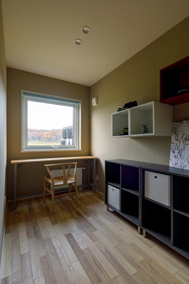 窓の向こうに広がる絶景を眺めながら一人静かに過ごす時間もまた心地よいAさんの部屋。「今までは牛舎の横にある休憩所を自分の部屋として使っていたので、自室ができて嬉しいです」