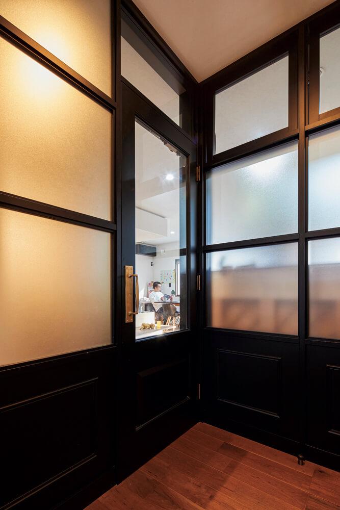 玄関ホールとリビングを隔てるドアや窓は、ブルックリンスタイルを意識してセレクト