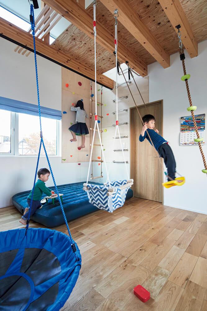引き渡し後にSさんがDIYで天井板を渡し、ブランコを設置した子ども部屋も格好の遊び場。将来的には2部屋に仕切ることもできる