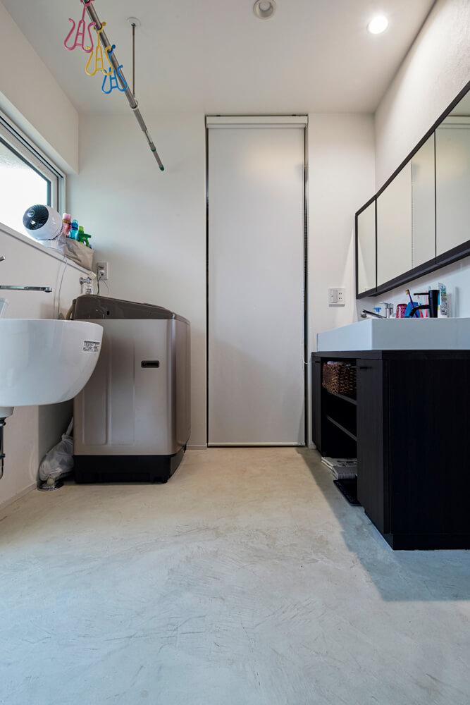 機能性を追求し、脱衣室とは別に設けられたユーティリティ。床にはモールテックスが使われている。奥にはウォークインクローゼットも
