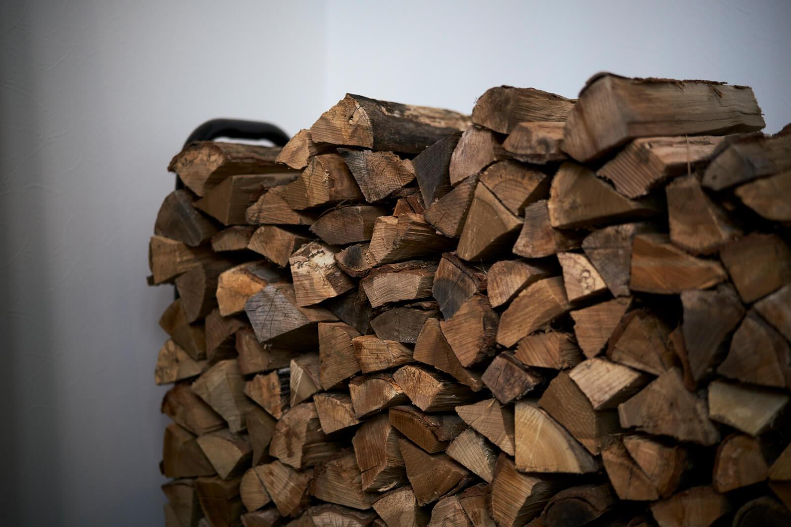 土間リビングの一角に薪置場をレイアウト。「土間なので靴を履いたまま薪を運び入れることができて楽です」とSさん