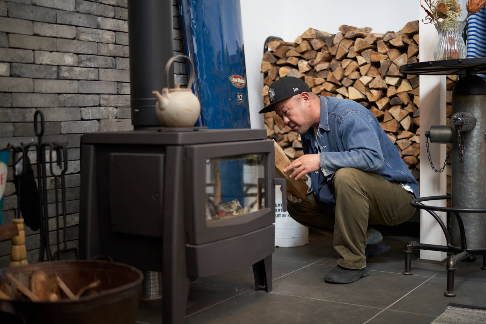Sさんは薪をくべながら「窓が大きくて炎がよく見えるのがお気に入りです」と満足そう
