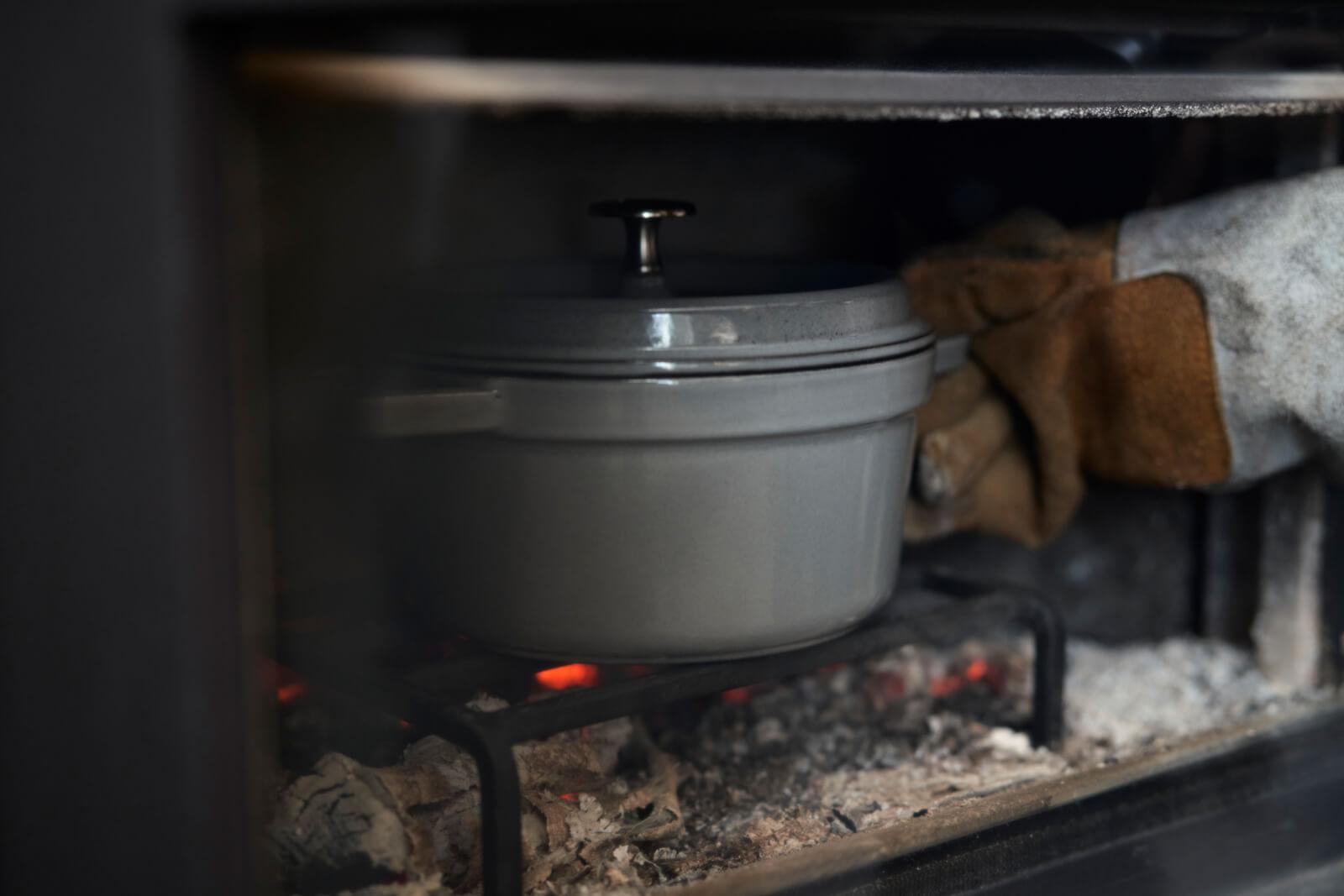薪ストーブの楽しみの一つが薪ストーブクッキング。この機種は天板、炉内、灰受け皿のそれぞれで調理が楽しめる。遠赤外線効果により、素材の芯にまで簡単に火が通るのが魅力だ