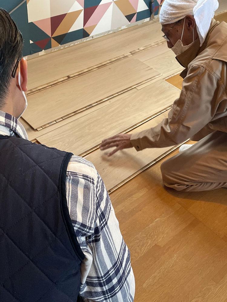 大工さんから施工やフローリング材についての説明を聞いたり、