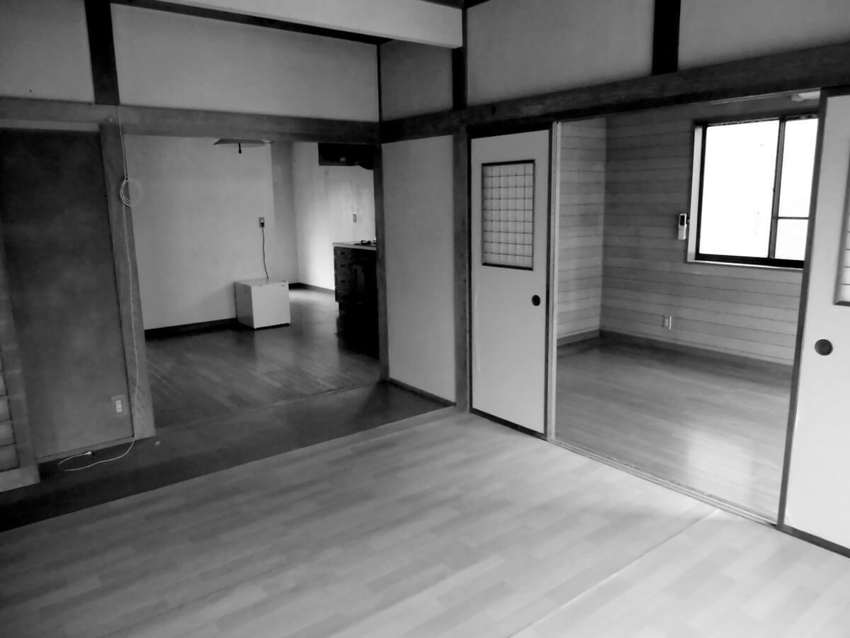 壁付けで狭く、リビングと分かれていたキッチンは…