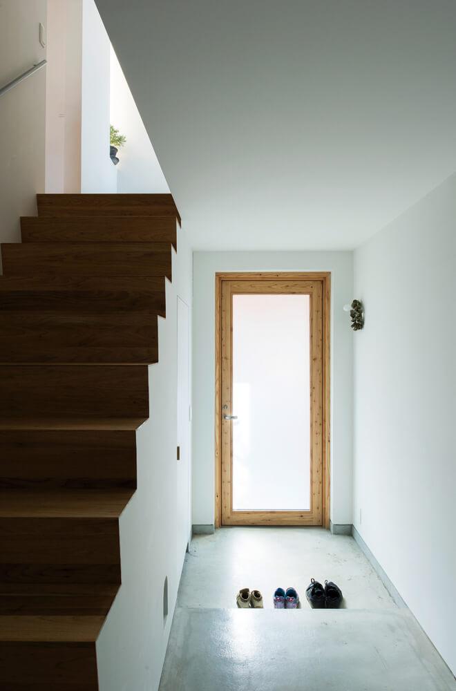 玄関ホールはあえてゆったり贅沢に。これも心地よく感じるポイントのひとつ