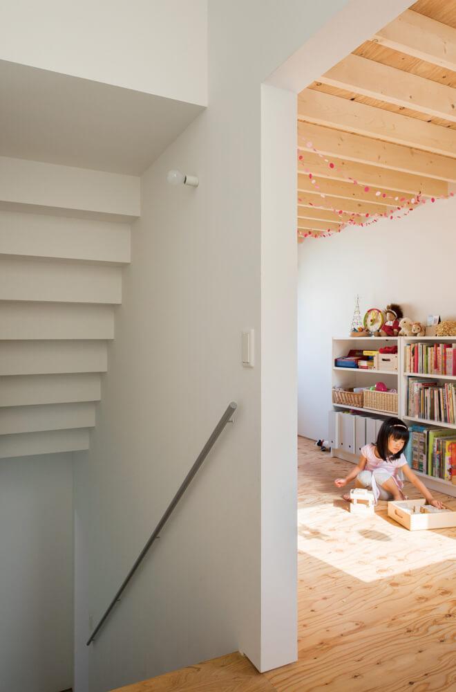 子ども部屋はLDKからホールを経て建具無しでつながる。空間の公私を分けつつ、互いの気配はわかる