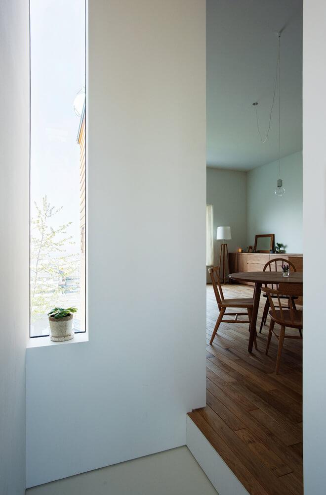 2階ホールからLDKを見る。外のアプローチから、玄関、1階ホール、階段、2階ホールへとさまざまな光に導かれ、次はどんな空間が現れるのかと期待が高まる