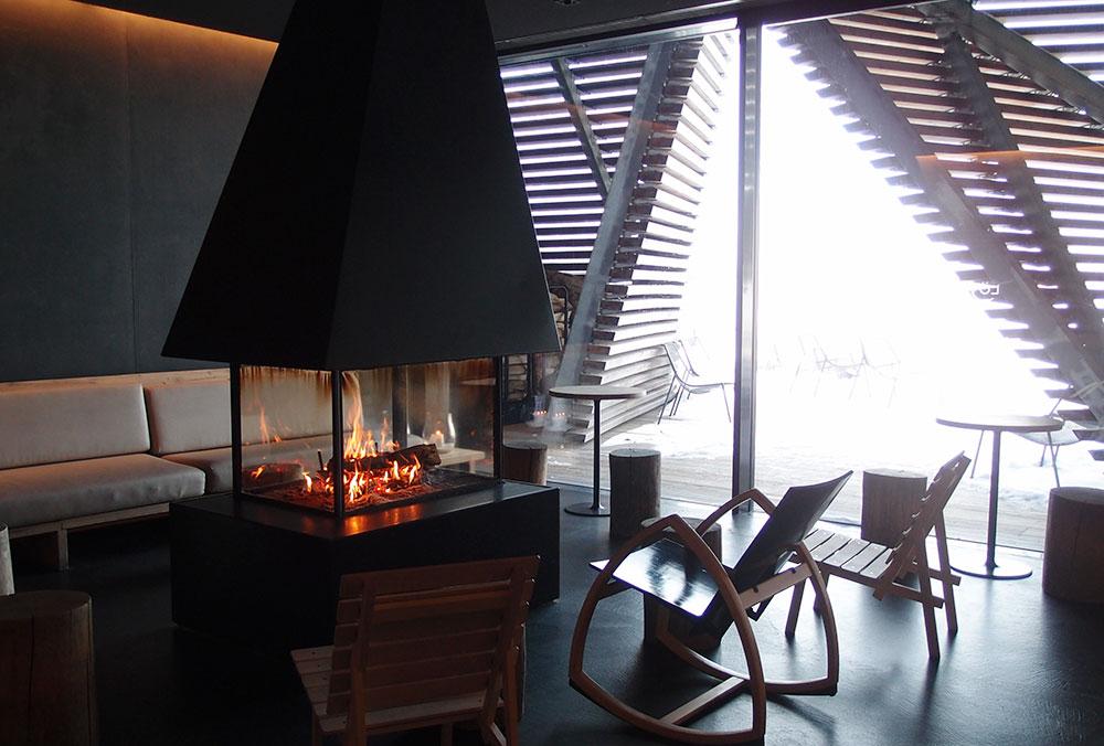 暖炉を囲んでリラックスできる休憩スペース