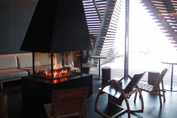 フィンランドの公共サウナ「ロウリュ」で、アイススイミング