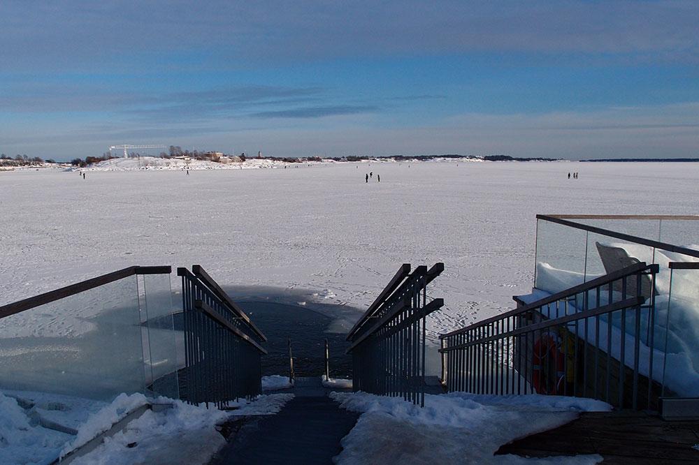 海へ続く階段。海はすっかり凍っていて、遠くに散歩している人の姿もちらほら見える