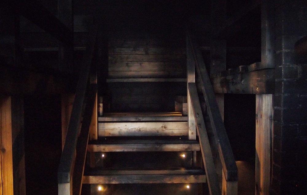 スモークサウナの様子。煙突はあるものの室内は暗く、木も煤で黒ずんでいる