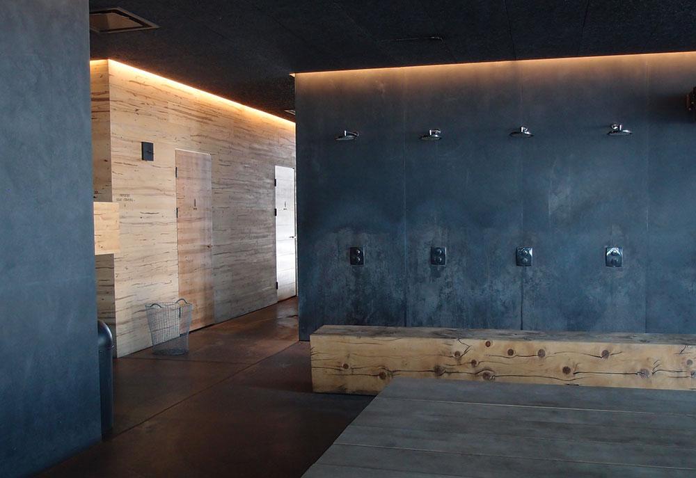 シックなトーンで間接照明も素敵なシャワーとベンチのスペース