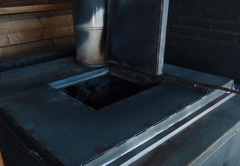 ストーブの蓋を開けると石がぎっしり。ここに水をかけてロウリュを楽しむ