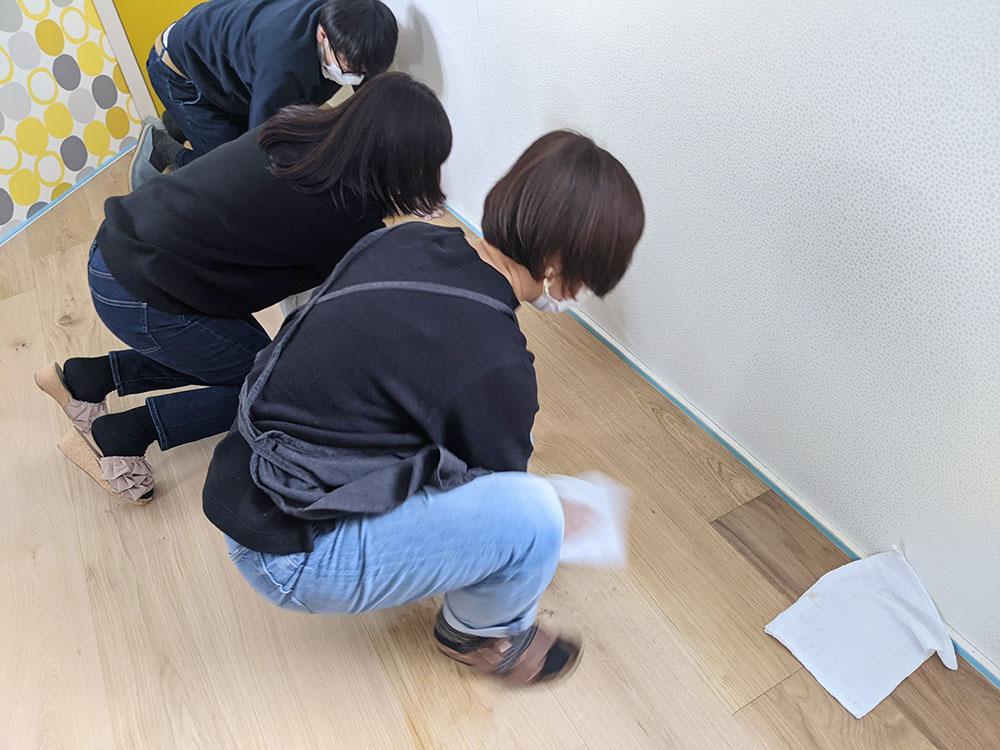 広げた塗料を塗り込むグループに分かれて作業