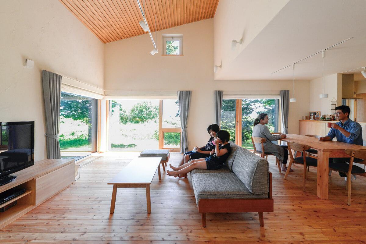 天井、壁、床に自然素材を使い、外の風景ともしっくり馴染んでいる