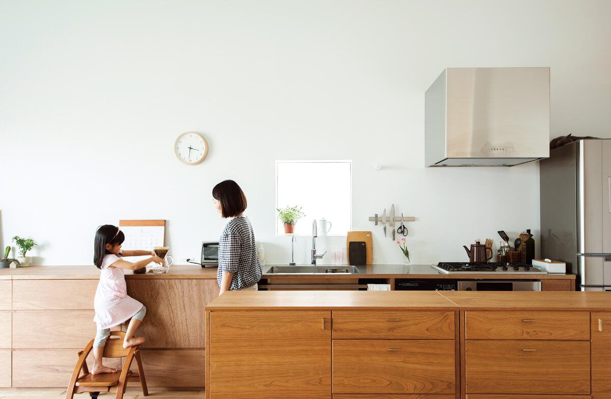 小坂さんとの出会いを機に、家具にもこだわりたいと思うようになったというご夫妻。惚れ込んだGAUZY CALM WORKSにキャビネットをオーダーするなど上質な家具を揃え、小物やグリーンも吟味