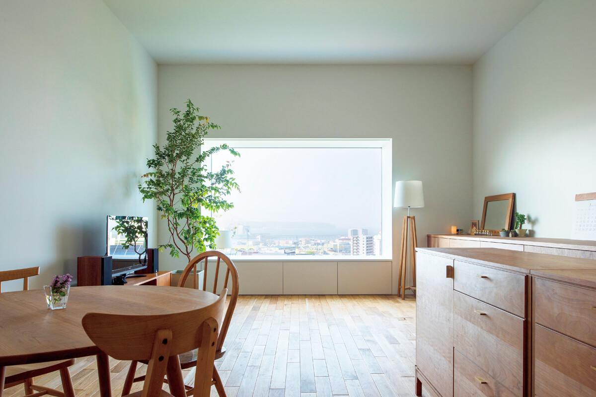 高い天井と大きな開口、そして目の前に広がる景色。晴れの日も、時化(しけ)の日さえも、この空間にいると心穏やかな時が流れるという。LDKが数値以上に広く感じられるのは、キッチンを壁付けにしている点も大きい
