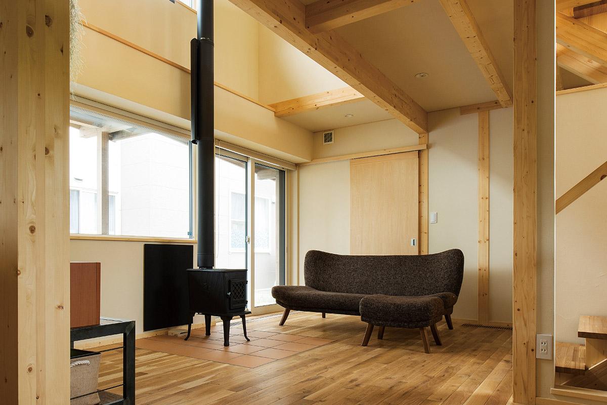 ご夫妻の夢だった薪ストーブを設置。吹き抜けの開放感も心地よい