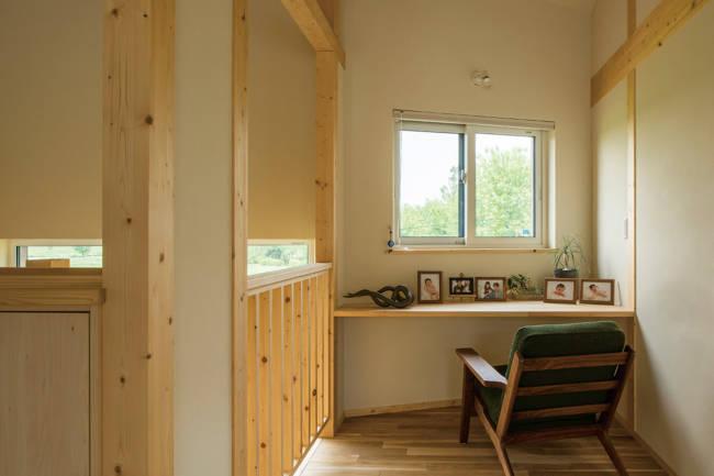 2階のデスクスペースは斜めの土地の形状を生かして設置。窓の外に広がる緑が清々しい