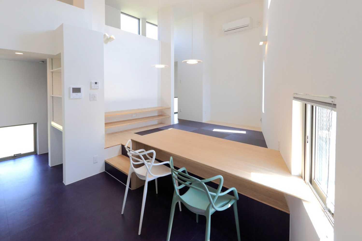 2階のLDKの中心は造り付けのテ-ブル。400㎜の段差で椅子と座敷の利用を可能にしている