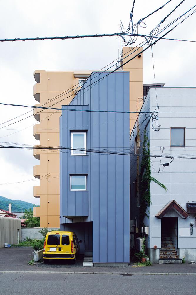 3方向に隣家が迫る狭小敷地。左手の空き地にも将来建物が建つ可能性もあるとか