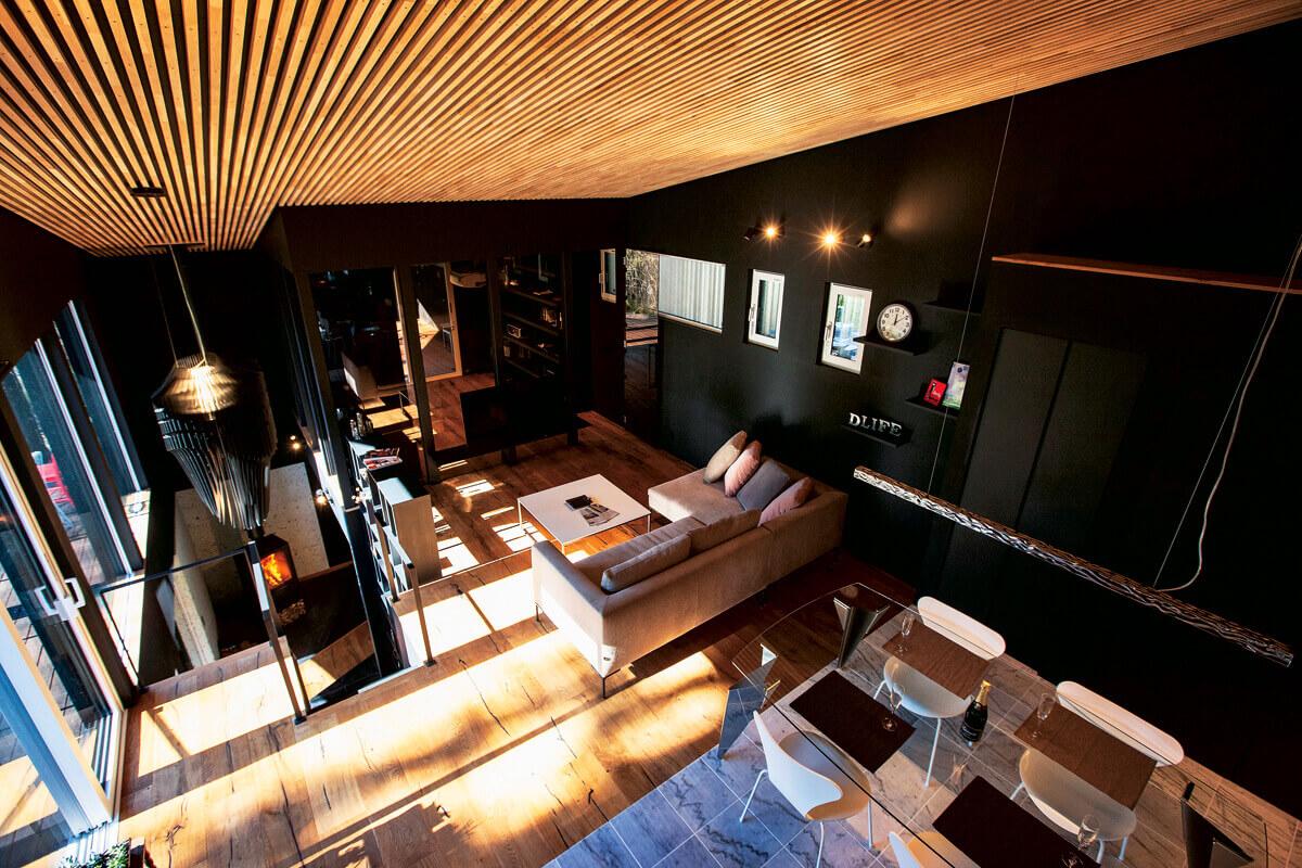 ロフトから2階リビングを望む。県産ナラ材を使用した格子天井のラインが空間に奥行きを与えている