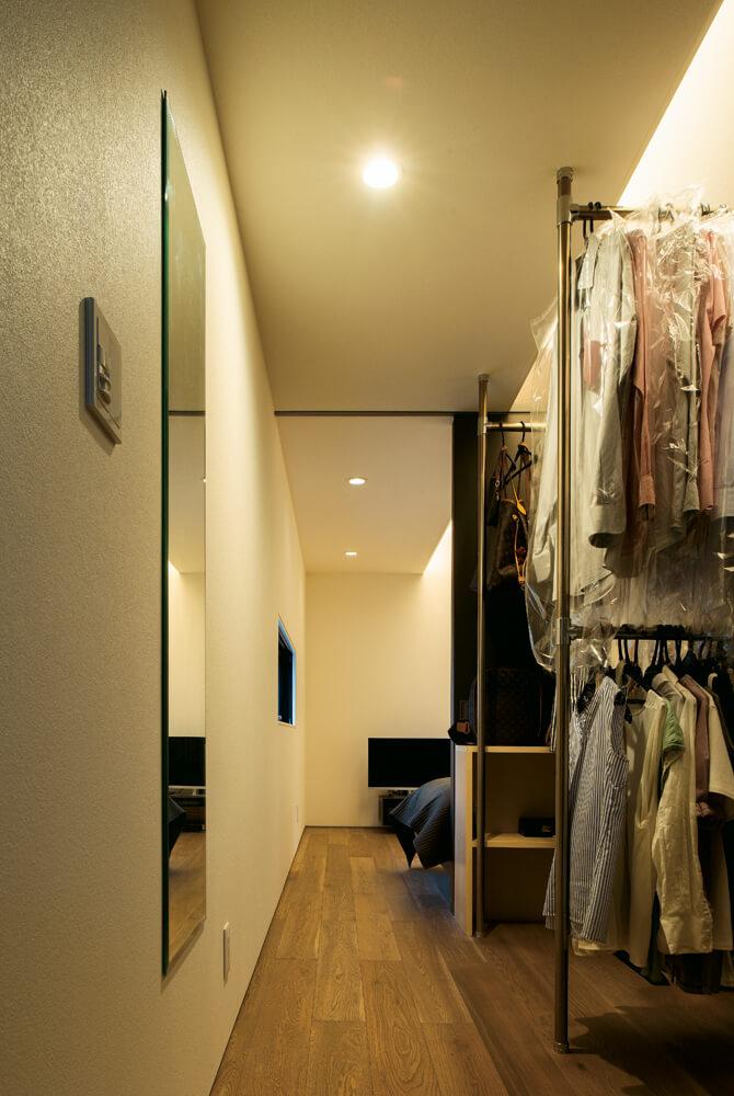 寝室の動線は造作ウォークインクローゼット、フリールーム(予備室)にそのままつながっている