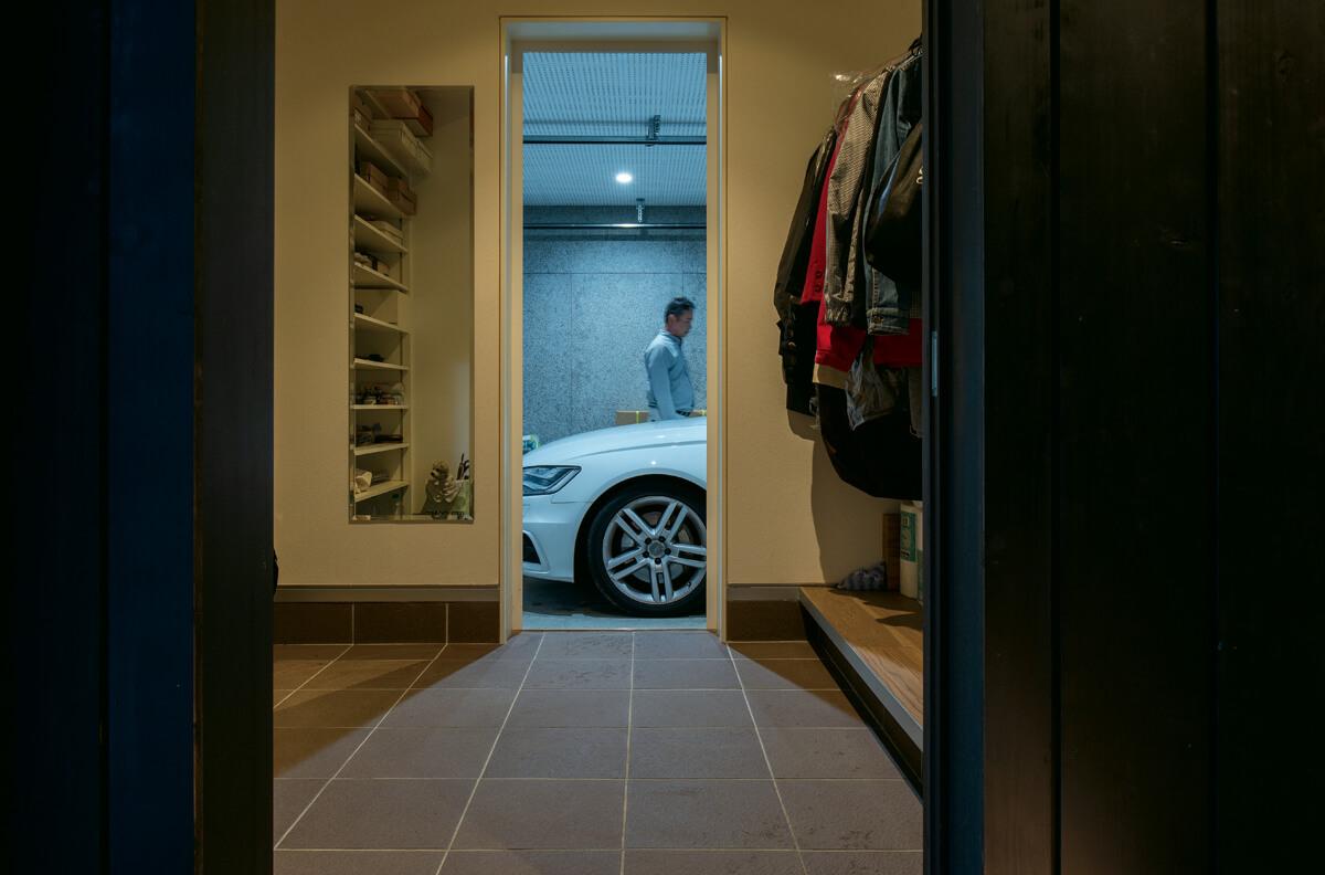 趣味スペースを兼ねる組み込みガレージは、玄関横のシューズクロークとつながり、室内に直接アクセスできる